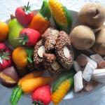Dolci tradizionali di ognissanti fatti in casa. Frutta di Martorana, Ossa di Morto, biscotti di San Martino