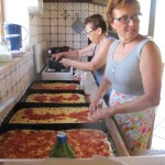 Preparazione di una particolare pizza siciliana, lo sfincione