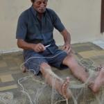 Pescatore siciliano con rete da pesca